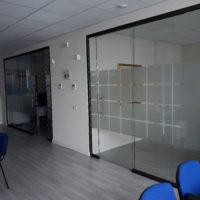 Parete monolitica in alluminio e vetri a filo lucido1